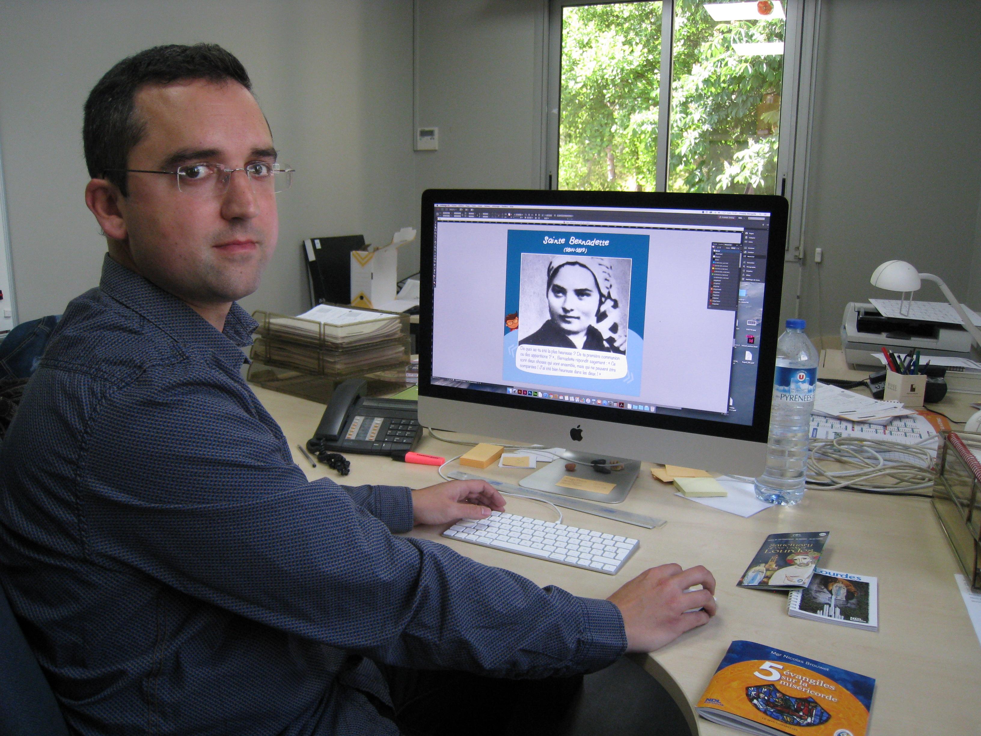 Freddy mengelle infographiste à l imprimerie de la grotte