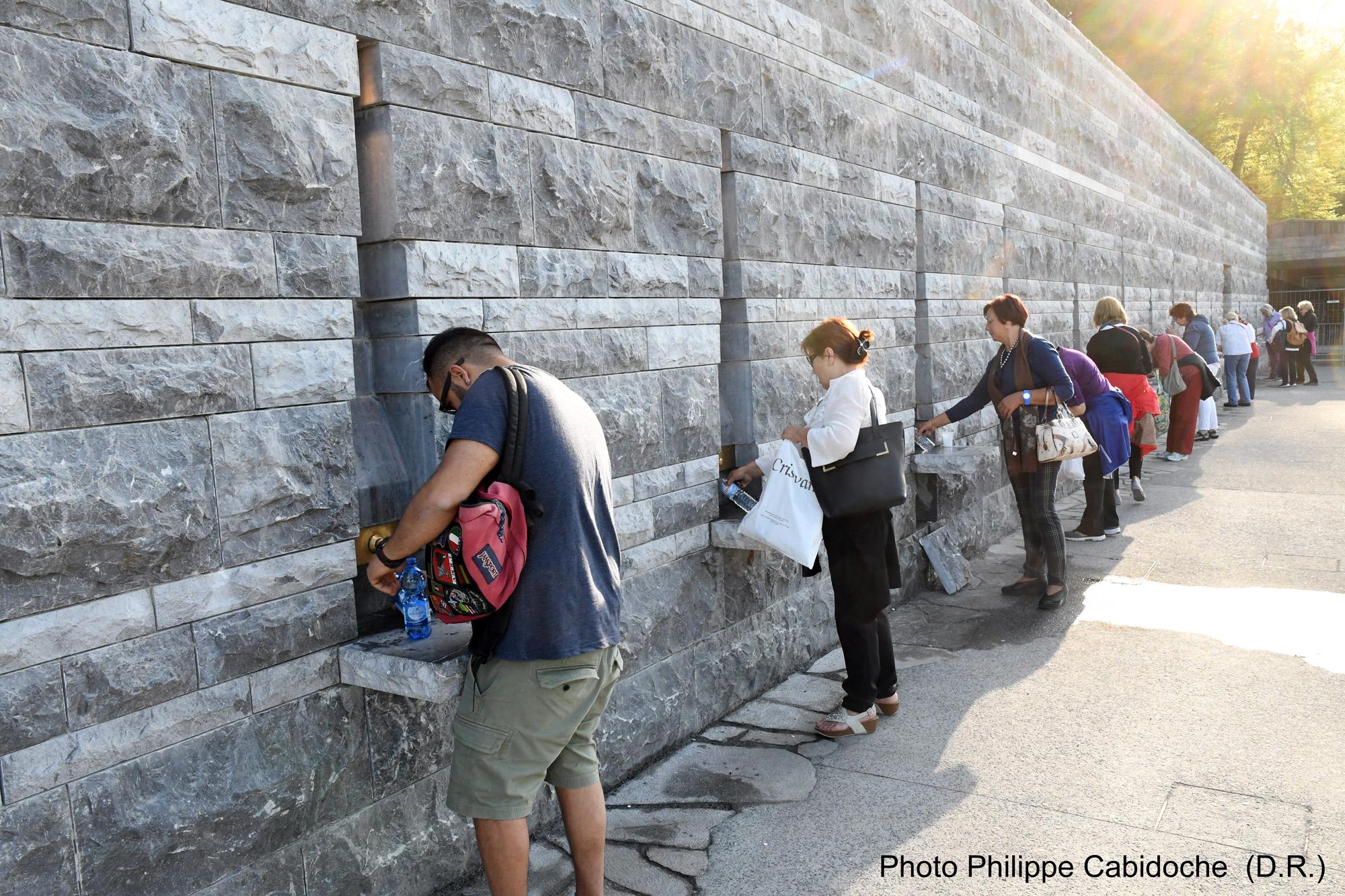 Les nouvelles fontaines du sanctuaire lourdes cancer for Piscine lourdes