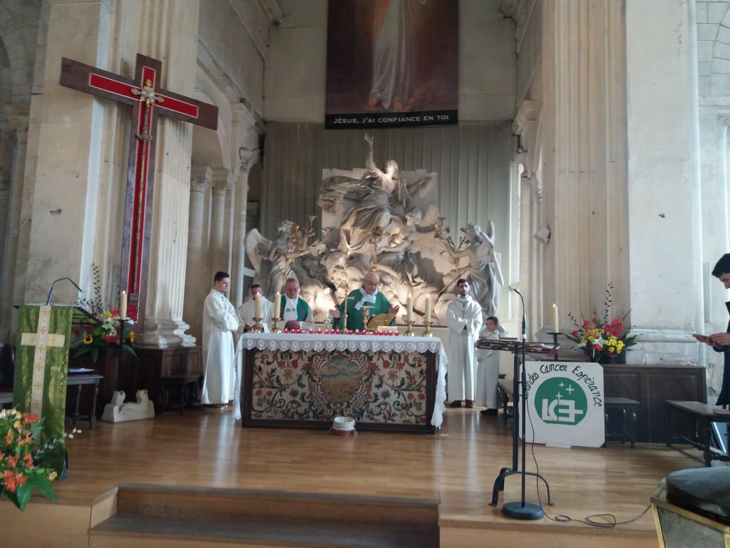 La messe dans l'église de Guibray (14), décorée aux couleurs de LCE